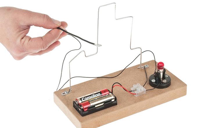 """Bild 2: Geschicklichkeitsspiel """"Heißer Draht"""" mit Signallampe"""